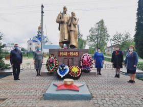 9 мая, на площади Ленина, у дома культуры звучит музыка военных лет.